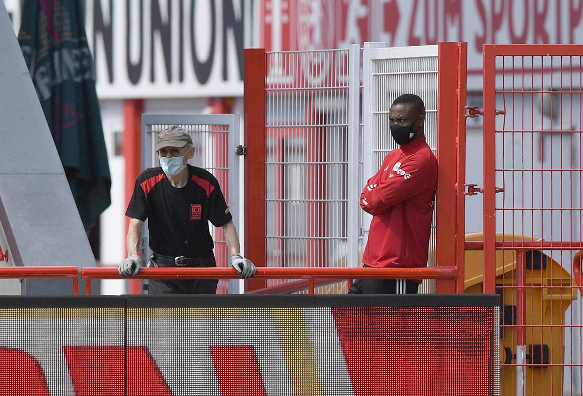 Stadion-Mitarbeiter Achim Sommer und der verletzte Anthony Ujah schauten am 30.07. 2020 beim Training zu, Foto: Matze Koch