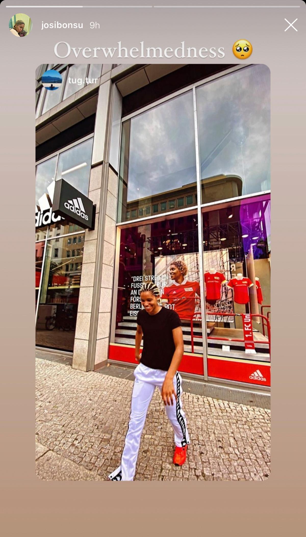Josi Bonsu vor dem Adidas-Geschäft mit Fotos von ihr im Schaufenster