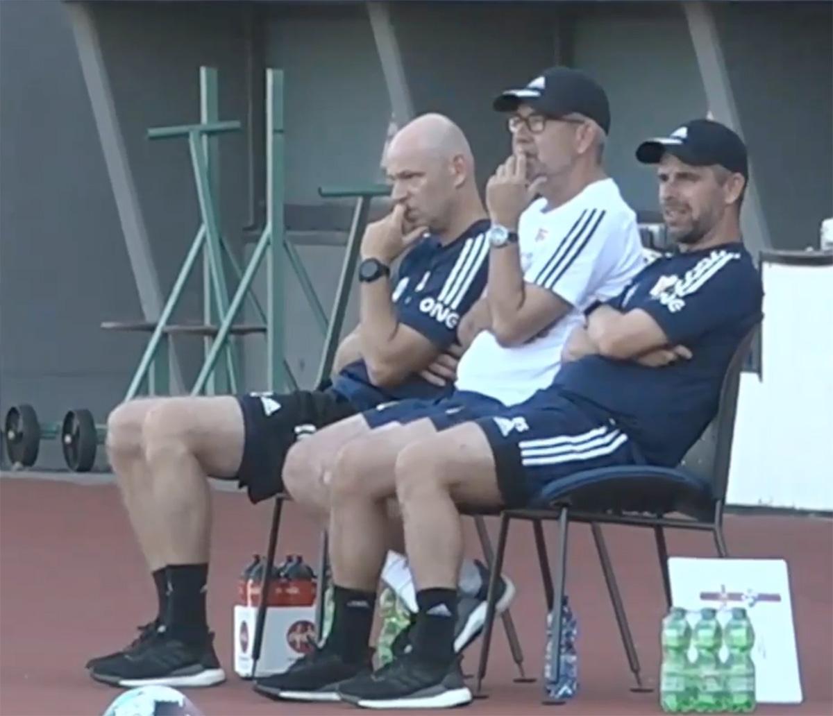 Dem Trainerteam ist die Null-Begeisterung über das Testspiel ins Gesicht geschrieben, Screenshot: AFTV