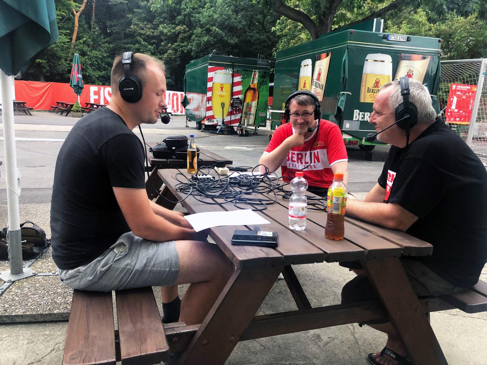 Kevin Donner, Thomas Matscheroth und Sven Mühle (von links) diskutieren im Biergarten Waldseite, Foto: Jan Hollants