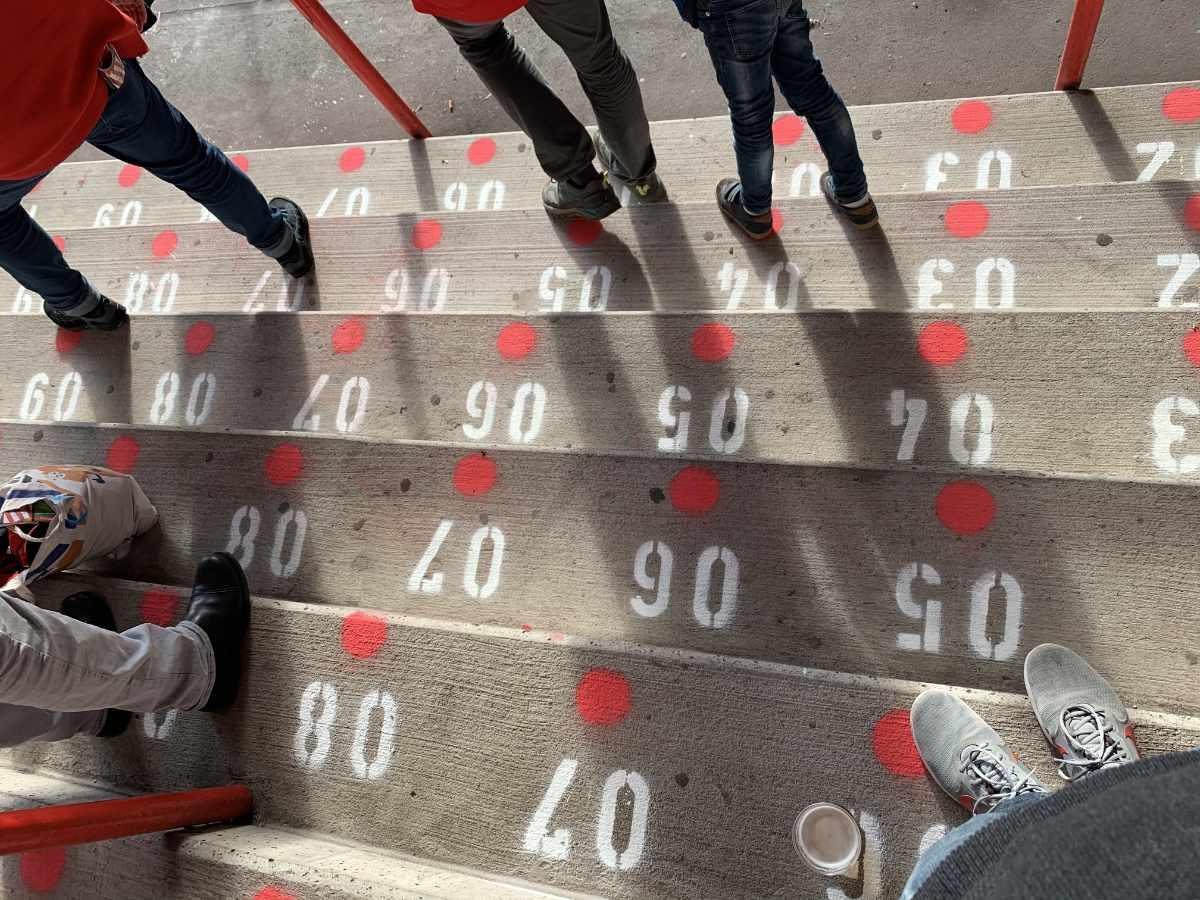 Mittlerweile ist jeder Stehplatz im Stadion nummeriert, doch zur Einhaltung der Abstandsregeln wird weiterhin nicht jeder verkauft. Foto: Sebastian Fiebrig