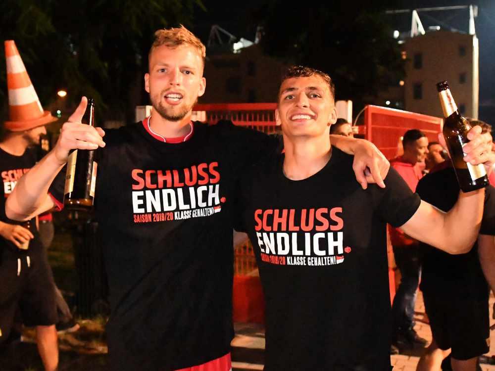 Klassenerhalts-Party in der ersten Bundesliga-Saison: Marvin Friedrich und Grischa Prömel machen auch mit Bier in der Hand eine gute Figur, Foto: Matze Koch