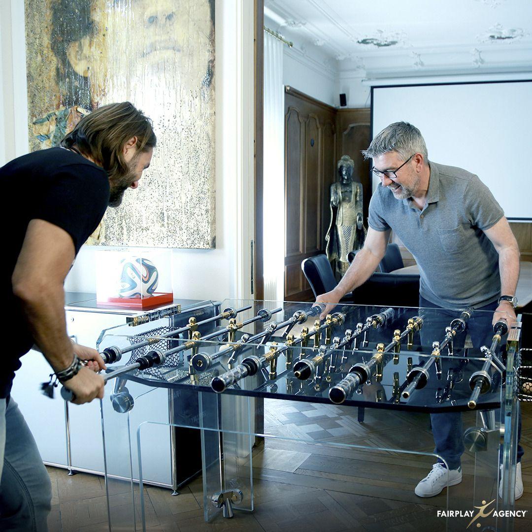 Urs Fischer beim Tischkickern mit seinem Berater Dino Lamberti, Foto: Fairplay Agency via Linkedin