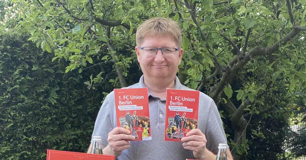 Matze Koch zeigt sein neuestes Union-Buch hoch