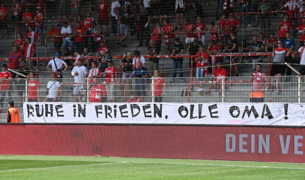 Transparent zur Trauer um Dagmar Wildebrandt. Photo: Matze Koch