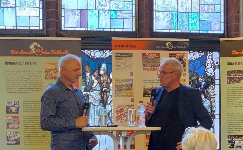 Gunnar Leue (links) im Gespräch mit Radioeins-Moderator Andreas Ullrich, der durch den Abend führte