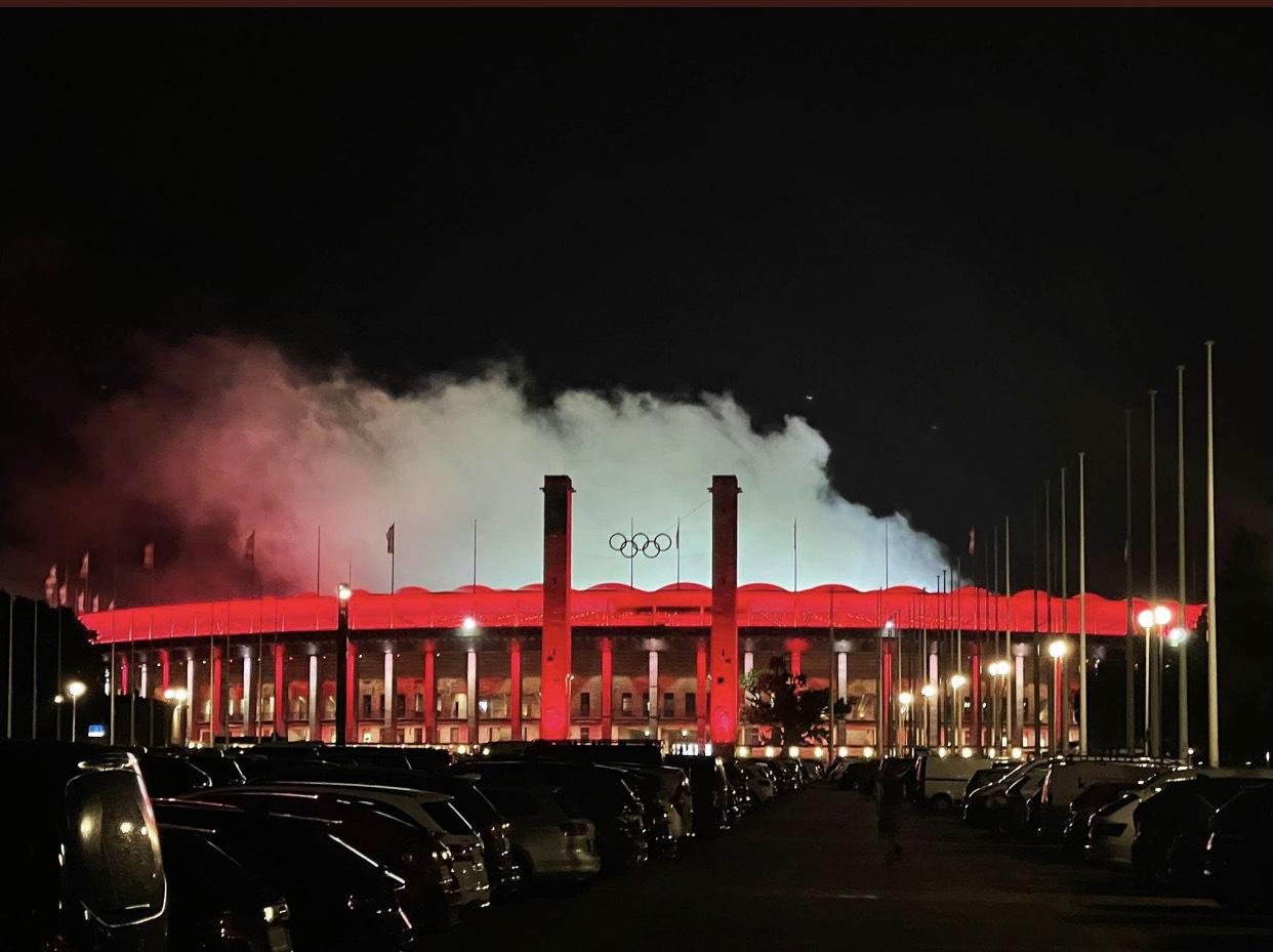 Olympiastadion von außen während der Pyro-Aktion, Foto via @uulrichsen
