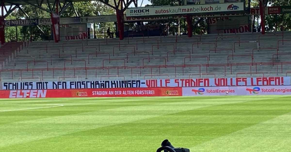 Tapete im Stadion, die für Diskussionen sorgt, Bild via @alorenza
