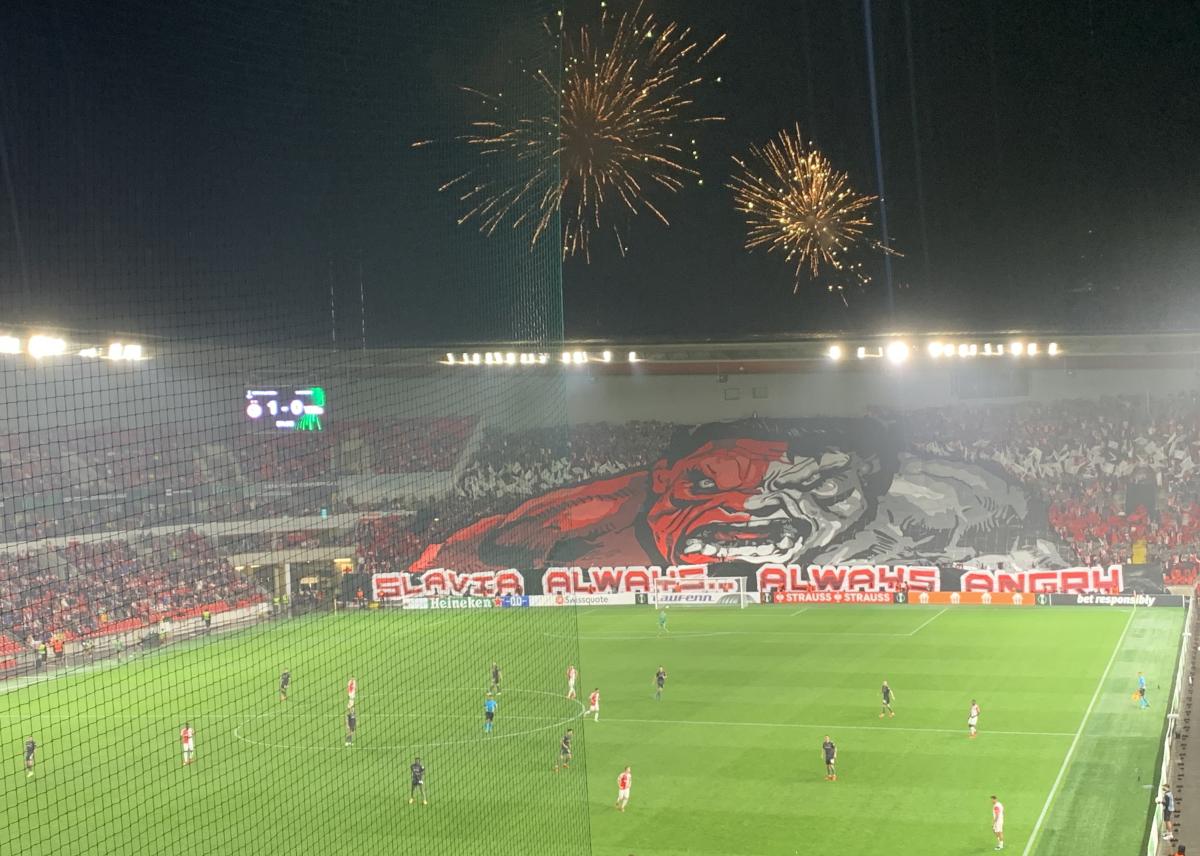 Auch die Slavia-Fans ließen im Heimbereich mit Choreo und Feuerwerk den Europapokal-Abend zu etwas ganz Besonderem werden, Foto: Sebastian Fiebrig
